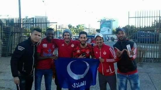 بالصورة..مناصروا الوداد يحملون شعار الهلال