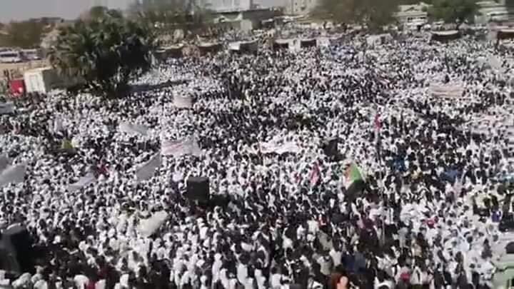 بالصورة..حشود وكتل بشرية تحتفل في الابيض بثورة 19