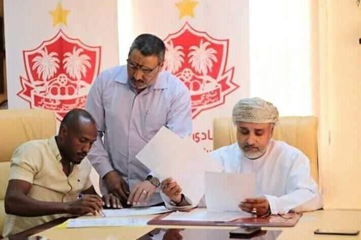 بكري المدينة يوقع لظفار العماني رسميا