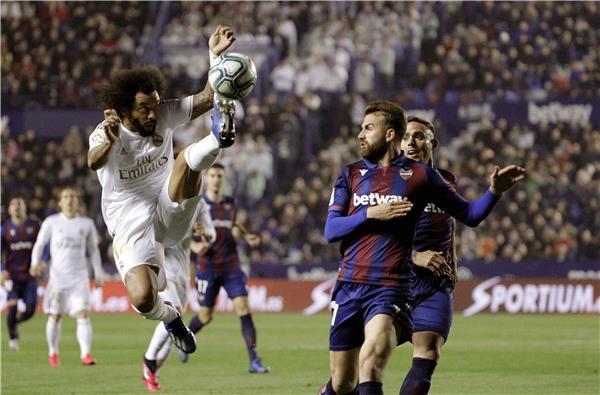 الريال يخسر ويهدي الصدارة لبرشلونة