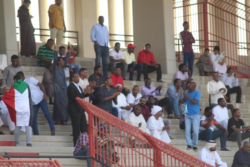 الجالية السودانية بالرياض تساند اللاعبين وتحييهم بعد المباراة