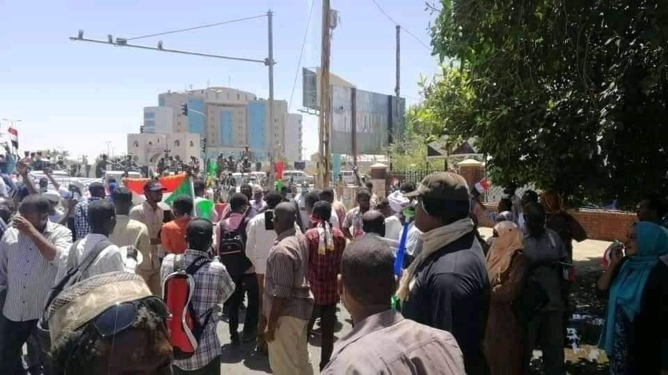 بالصورة ..فض مظاهرة امام القيادة العام
