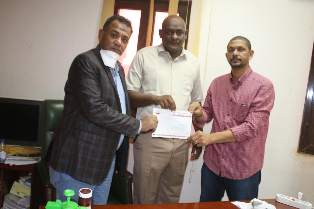 الخرطوم الوطني يقدم دعماً مالياً للأمل عطبرة