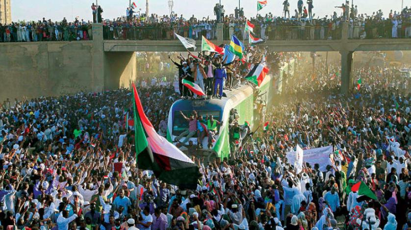 الثورة السودانية بين مطرقة العسكر وسندان الاخوان