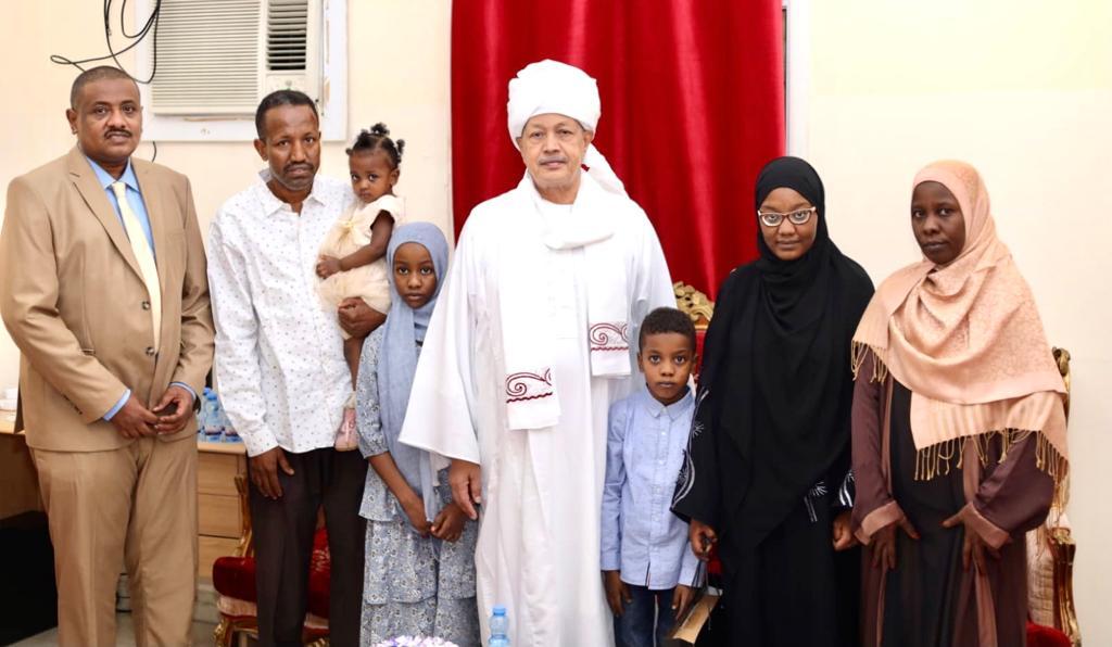 بعد تفوقها في امتحانات شهادة الاساس  سفير السودان بقطر يكرم الاولى