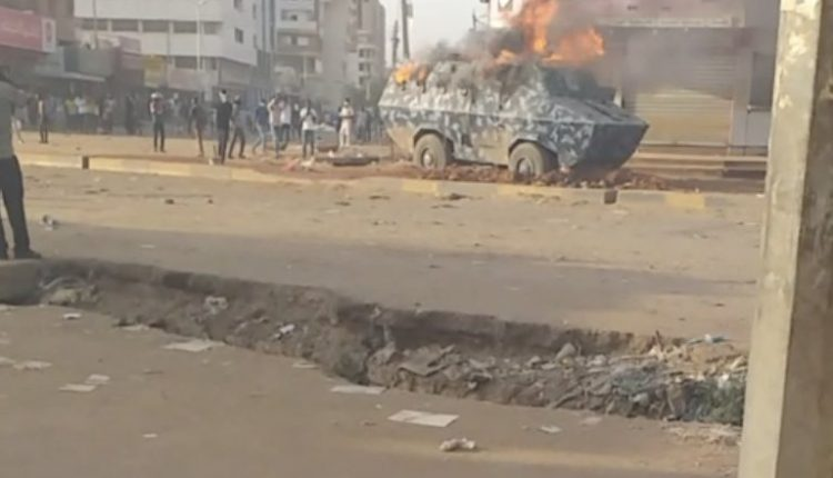 حرق مدرعة للشرطة السودانية بالخرطوم