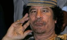 الجالية الليبية بالخرطوم تستولى على مقر السفارة وترفع علم الثوار ..دكتور نافع :سقط الصنم!!!