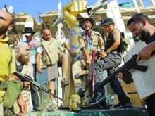 الثوار يقتحمون باب العزيزية ومصير القذافي مجهول!!!