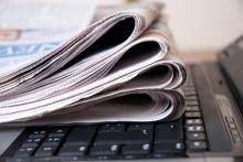 الصحف الورقية تبحث عن مخرج من ازمتها عبر الانترنت