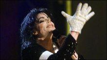 ارتداه النجم الراحل لاول مرة عام 1983 ... بيع قفاز جاكسون بـ 350 الف دولار