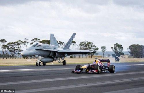 """سيارة """"فورمولا"""" تقهر طائرة حربية أسترالية"""