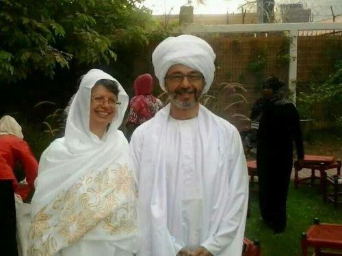 السفير البريطاني بالعمة وزوجته بالثوب في افطار السفارة البريطانية