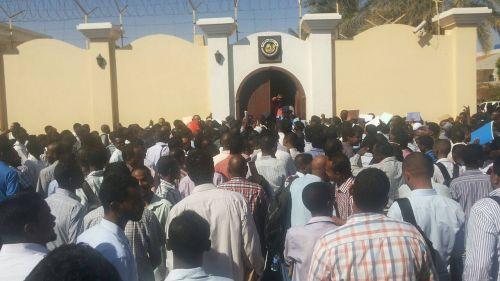 اعلان واتساب يتسبب في جمهرة امام السفارة القطرية بالخرطوم