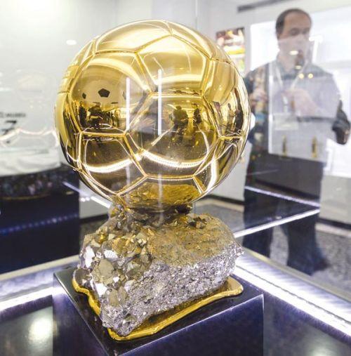 العالم يترقب جائزة الكرة الذهبية .. ميسي .. رونالدو .. نوير .. من العريس الليلة ؟