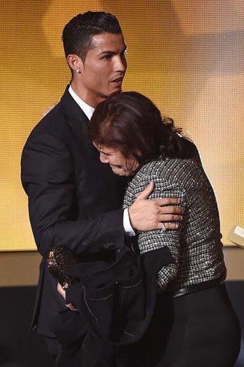 والدة رونالدو تبكي فرحا بعد تتويجه بالكرة الذهبية