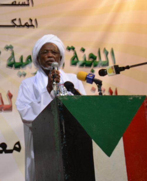 الرياض : بروفيسور عز الدين عمر موسى الرئيس الفخري للرابطة يجري عملية جراحية في العيون بالمركز التخصصي الطبي