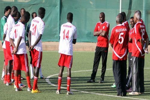 مدرب السودان حمدان حمد يزرف الدموع بغزارة على حال المنتخبات الوطنية
