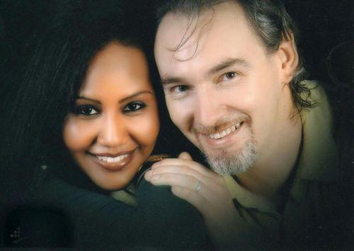 سيطرت علي مواقع التواصل .. لأول مرة المطربة هند الطاهر في (صورة) مع زوجها الفرنسي