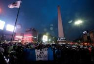 أرجنتينيون يتظاهرون في الشوارع لمطالبة ميسى بالعدول عن قرار الاعتزال دوليا
