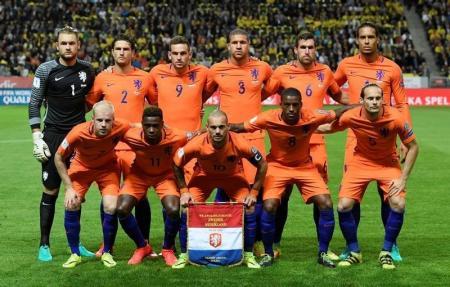 سنايدر يسجل ويقود هولندا للتعادل مع السويد بتصفيات كأس العالم