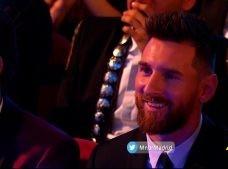 ميسي يبتسم عقب اعلان رونالدو افضل لاعب في العالم