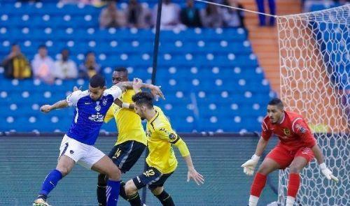 الهلال والاتحاد يقبلان بالتعادل في مباراة مجنونة