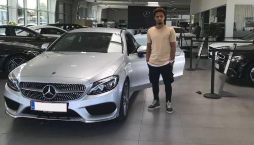 السوداني هاني مختار يتسلم سيارة مرسيدس بعد اختياره أفضل لاعب بالدوري الدنماركي