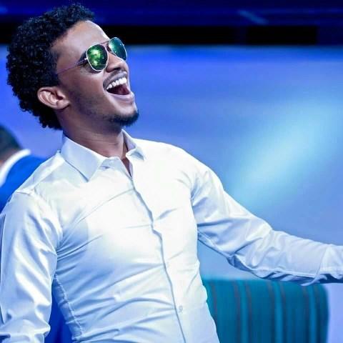 حسين الصادق يرقص ويتجول بشوارع اديس ويكشف السبب