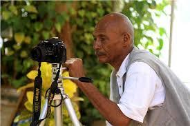 """مصور صحفي كبير وتشكيلي يقيم معرضه علي """"الواطة"""" والسبب .."""