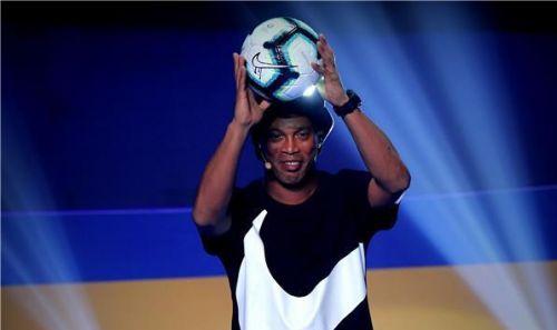 اسطورة البرازيل رونالدينيو يقدم كرة نايكي لبطولة كوبا امريكا