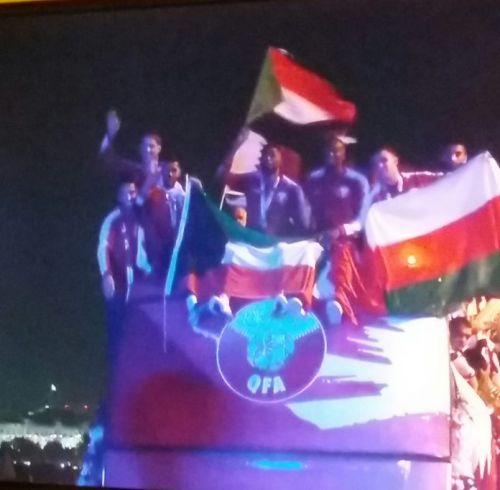 منتخب قطر بطل آسيا يرفع علم السودان بعد وصوله دوحة العرب