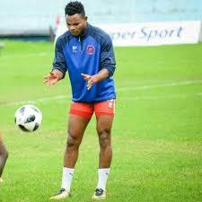 ادريسا امبوبو يحتد مع مدير الكرة الجنرال حسن صالح