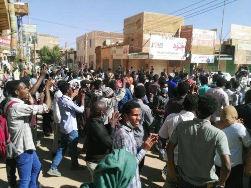 المتظاهرون بالخرطوم يكسرون حاجز الطوارئ ،واحتجاجات أكبر بأم درمان