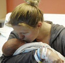 الاطباء عجزو عن تفسير السبب ... سيدة تعود مع طفلها للحياة مجددا بعد وفاتهما