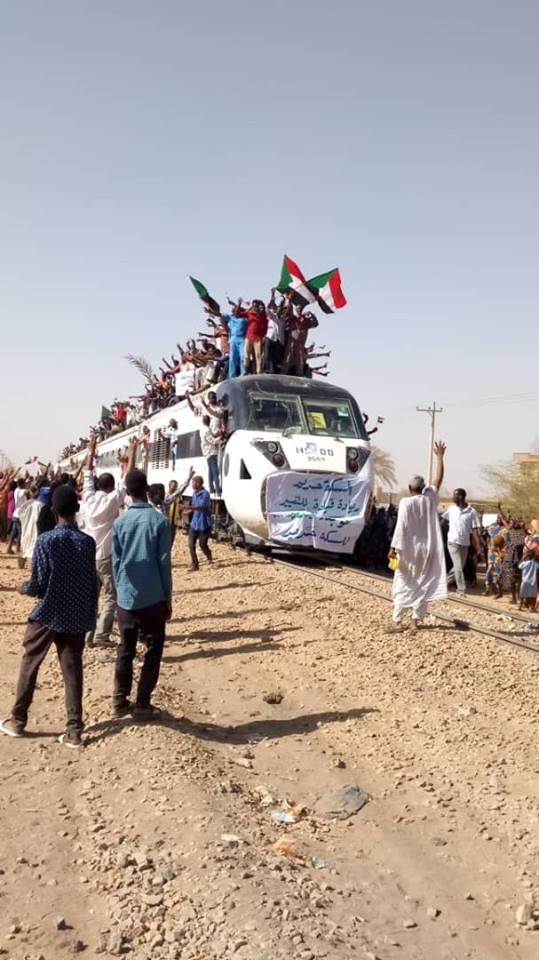عاجل بالصورة.. قطار من عطبرة يصل القيادة العامة لدعم المعتصمين