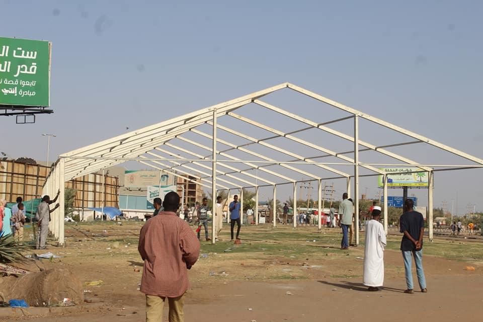 نصب اول خيمة رمضانية في القيادة العامة