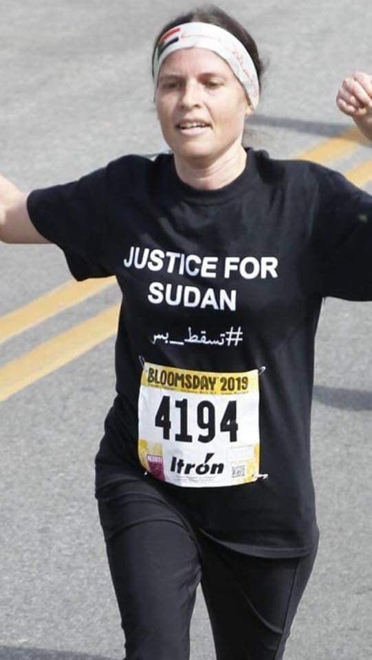 العداءة الكندية ربيكا ترتدي علم السودان وتدعم الثورة السودانية