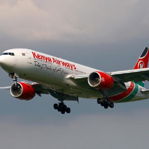 ملاحون اجانب يشرفون على هبوط الكينية بمطار الخرطوم