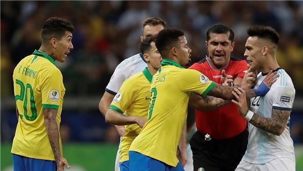 ماذا قال حكم مواجهة الارجنتين والبرازيل للبرغوث ميسي؟