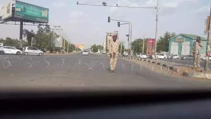 بالصورة ..القوات النظامية تغلق الطرق المؤدية الى القيادة العام بالسلك الشايك