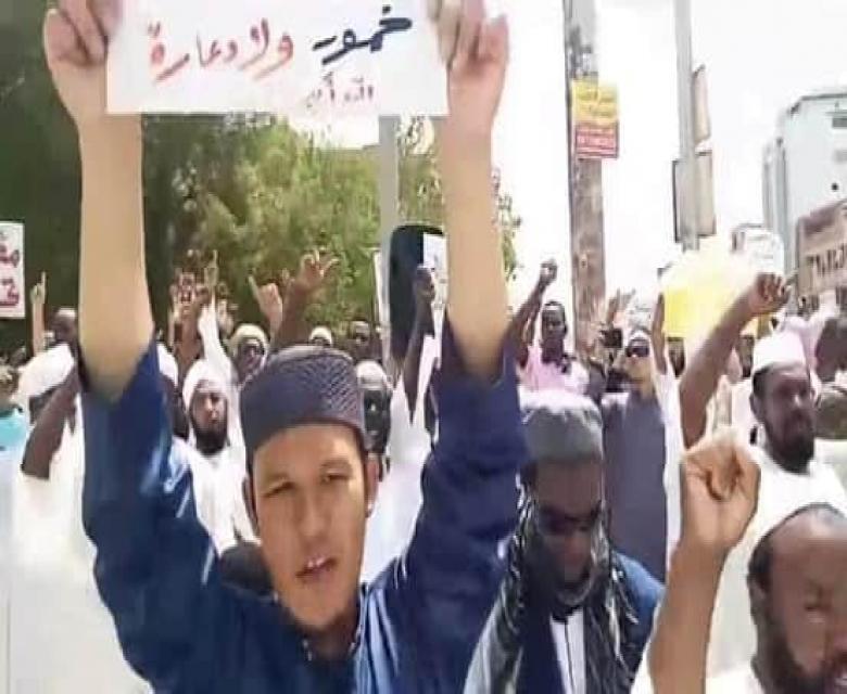 اجانب يشاركون في مظاهرات بشوارع الخرطوم تدعوا لاسقاط الحكومة الانتقالية